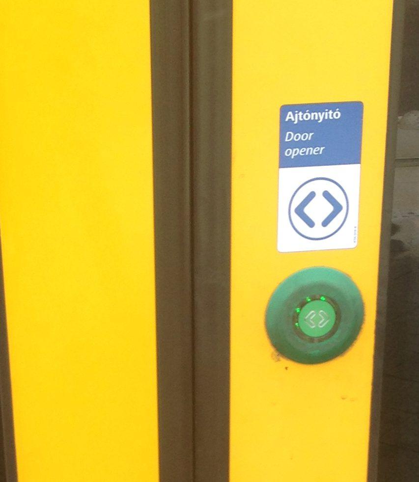 トラムのドアのボタン