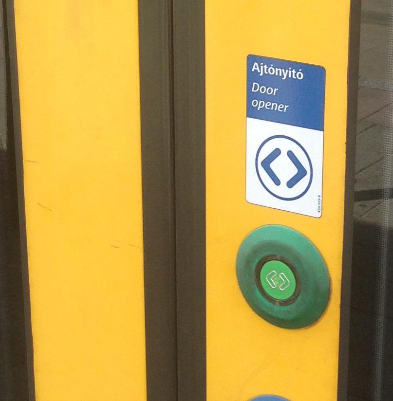 トラムのドアのボタン(光なし)