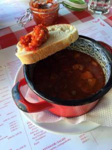 ハンガリー料理のレストランで食べたグヤーシュのスープ