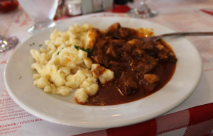 ハンガリー料理のレストランで食べたパスタと牛肉のシチュー