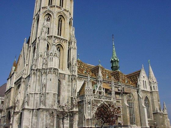 モザイク屋根が印象的なマーチュシャ教会