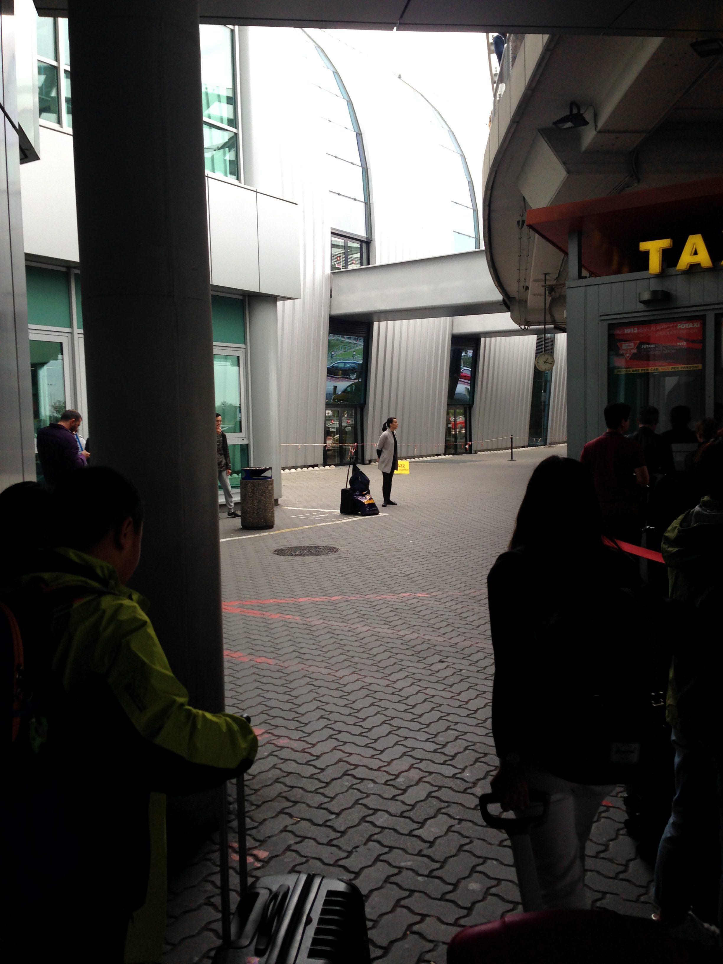 ターミナル1出口左側
